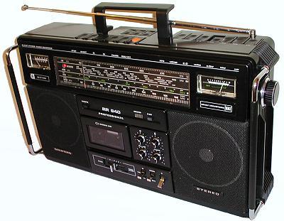 tragbarer cd spieler mit usb im kofferradioformat. Black Bedroom Furniture Sets. Home Design Ideas